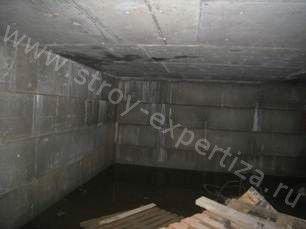 При осмотре подвальной части жилого дома выявлены следы деформаций кладки
